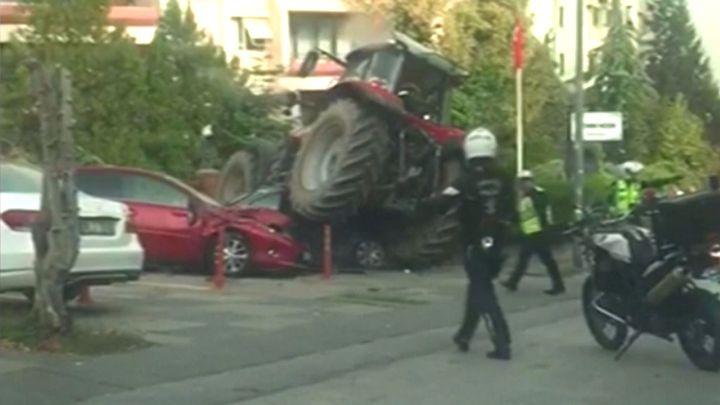 Traktorista ujížděl turecké policii ulicemi Ankary. Zastavila ho až střela do nohy