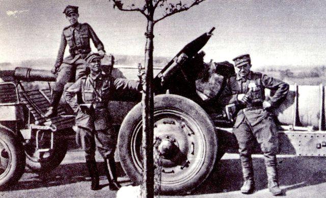 Polští vojáci 9. baterie 37. pluku lehkého dělostřelectva při přesunu do českého vntrozemí po bojích ve Šluknovském výběžku.