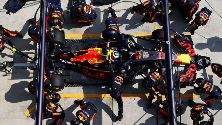 Perličky ze Šanghaje: Lekce z alternativní historie, smířlivý Vettel i všudypřítomné uniformy