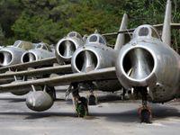 Foto: Hřbitov stíhaček. Albánie rozprodává staré letouny, tyhle stroje jsou k mání
