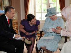 4c4bbb16406 Manželka tureckého premiéra Emine Erdoganová nosí šátek i na setkání se  zahraničními návštěvami. Opozice ji