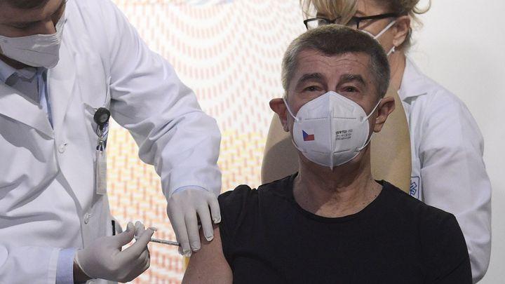Vakcínu proti covidu dostaly první den stovky Čechů. Přijde dalších 20 tisíc dávek