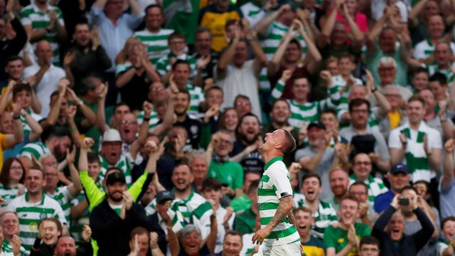 Leigh Griffiths s fanoušky Celticu Glasgow.