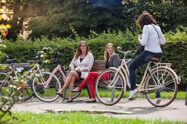 Na kole není nutné jezdit v dresu, hlavně ve městě.