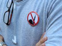 Živě: Člen volební komise v Pardubicích přišel v tričku s přeškrtnutou mešitou. Musel se převléknout