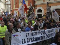 ČT lže, televize hnůj, skandovali příznivci extremistů v Praze