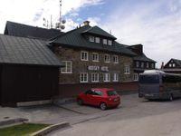 Praha 10 koupila hotel v horách, pronajímá ho za korunu. Za školy v přírodě v něm platí