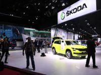 Žlutý Kodiaq a krásné modelky. Prohlédněte si stánek Škody na pařížském autosalonu