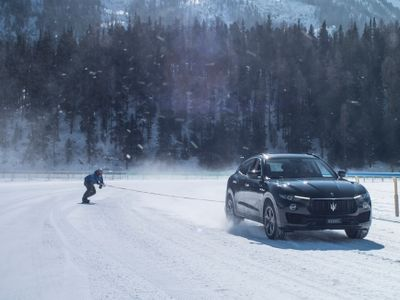 Rychlostní rekord pokořen. Snowboardista se přivázal za Maserati, řítil se rychlostí přes 150 km/h