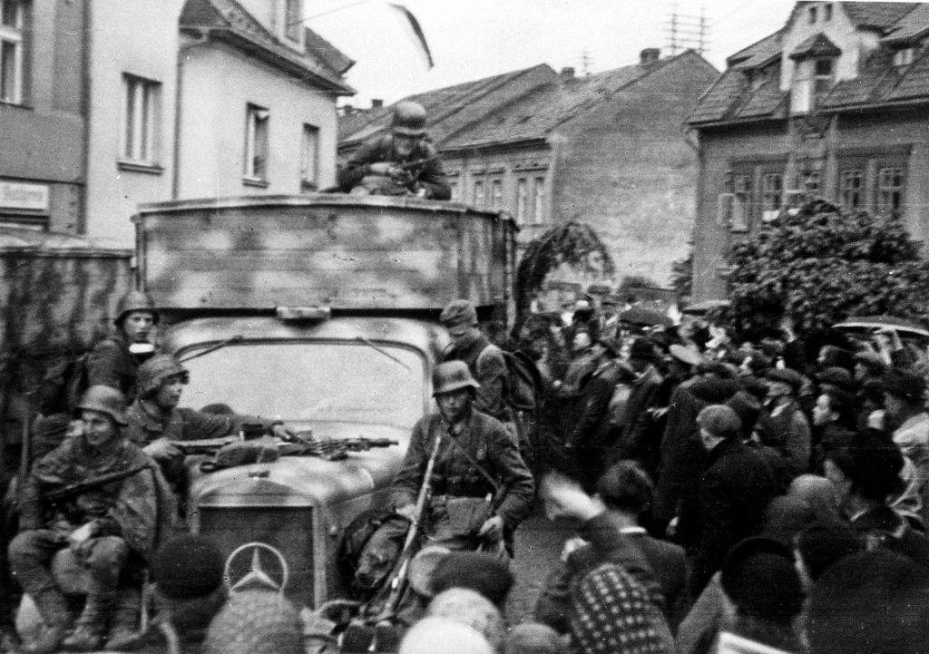 Řevnice, 6. května 1945. Příjezd kolony nákladních automobilů s příslušníky 1. pěšího pluku ROA na náměstí Victoria (dnes Krále Jiřího z Poděbrad).