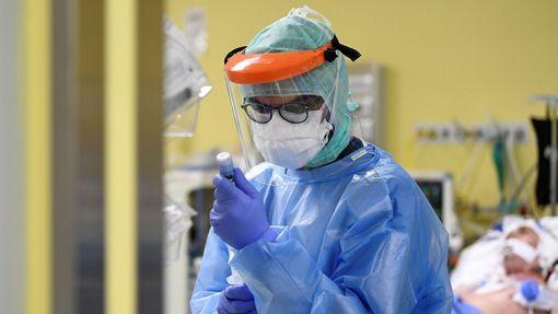 Ošetřování pacientů s koronavirem v nemocnici v Miláně.