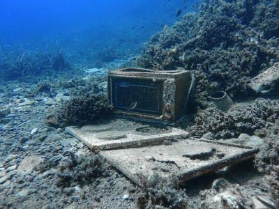 Vypadá jako poklad z vraku, je to ale odpad. Podívejte se na mořské dno