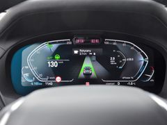 Asistenční systémy v iX3 fungují na jedničku s hvězdičkou, jsou nevtíravé a spolehlivé. Auto umí přebrat i rychlost ze značek.
