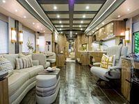 Mramorová kuchyň i garáž pro sporťák. Luxusní obytné vozy jsou vily na čtyřech kolech