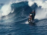Sjíždí vlny na motorce. Byl jsem blízko smrti, říká