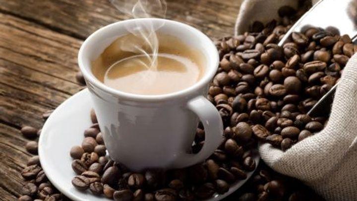 Rekordně levná káva končí, počasí žene cenu nahoru
