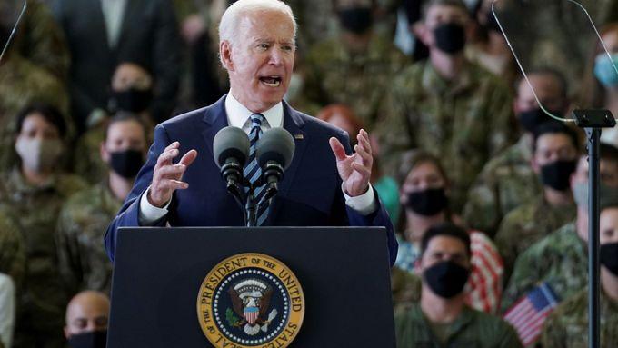 Joe Biden po příletu do Evropy pronesl na základně RAF Mildenhall projev k vojákům.