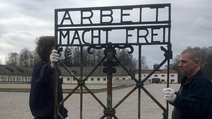 Do Dachau se vrátila brána s nápisem Arbeit macht frei. Před dvěma lety ji někdo ukradl