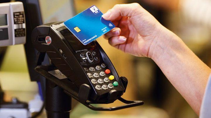 Proč nemají bezkontaktní karty? Čtyři banky nabraly zpoždění