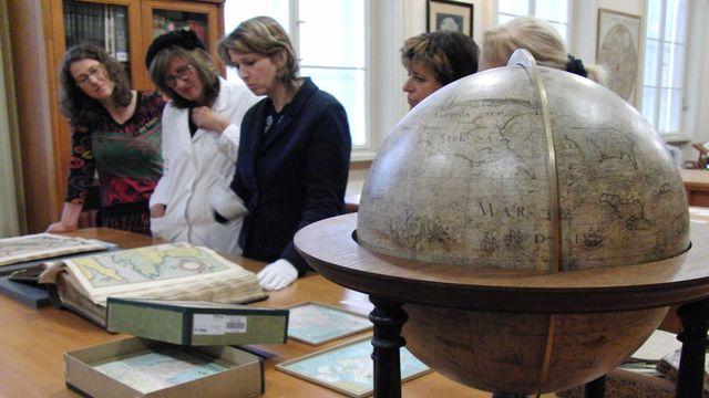 Vpopředí nejsatrší globus Mapové sbírky z roku  1599. Našli ho náhodou ve škole, kde ho žáci používali i jako míč...