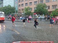 Bouřka řádila v Praze. Voda zatopila obchodní dům na Andělu, Zlíchovský tunel je neprůjezdný