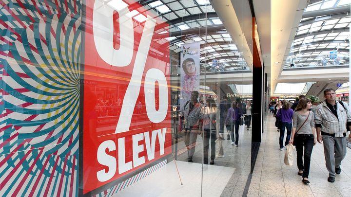 Ceny neklesají. Česko se zatím překvapivě vyhnulo deflaci