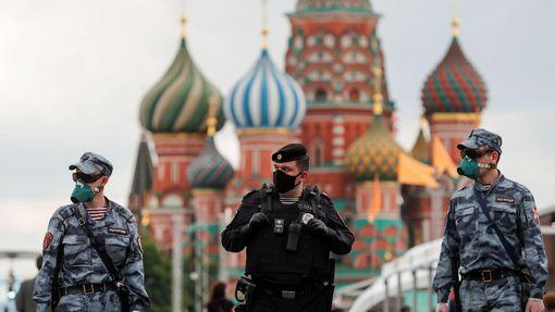 Ruské ozbrojené složky na Rudém náměstí v Moskvě 6. června.