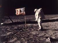 Vlajka nemá vlát, na fotkách chybí hvězdy. Vyvracíme konspirační teorie o Apollu 11