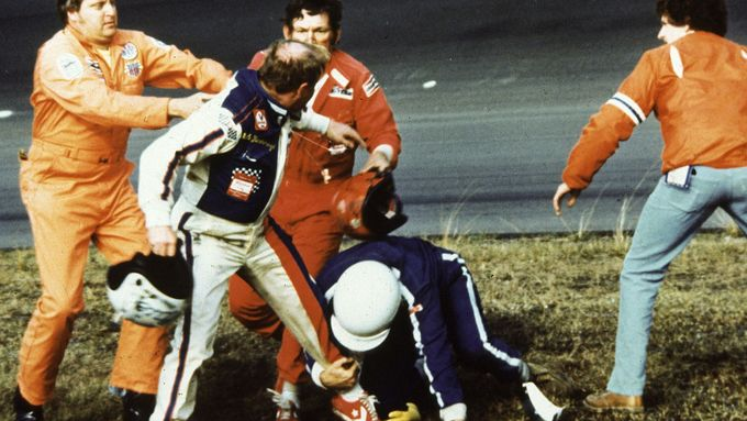 NASCAR : Cale Yarborough, Donnie Allison a Bobby Allison, bitka