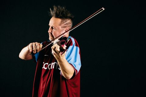"Do Prahy míří ""pankáč"" Nigel Kennedy. Na housle hraje virtuózně George Gershwina i The Doors"