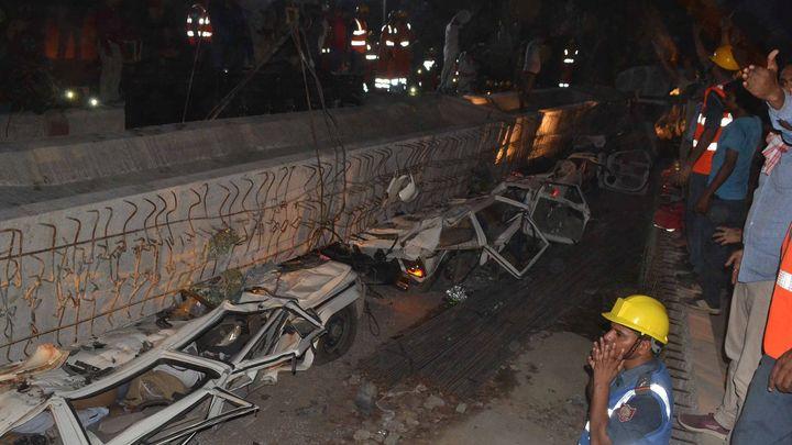 V Indii se zřítil kus rozestavěného mostu, rozdrtil auta i autobus. Nejméně 19 lidí zahynulo