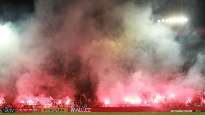 Triumf v derby oslavili fanoušci Sparty dýmovnicemi. Zápas sledoval i Štěpánek; Zdroj foto: Milan Kammermayer
