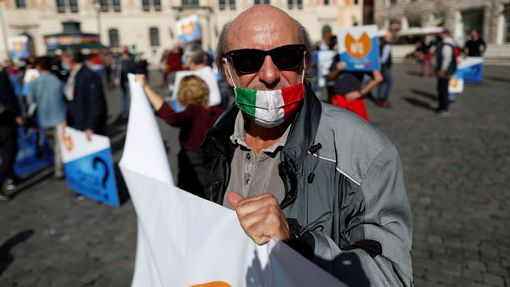 Demonstrace proti epidemickým opatřením v Římě