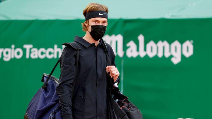 Trapas ruské hvězdy. On neví, že k tenisu musí mít raketu? smáli se komentátoři; Zdroj foto: Reuters
