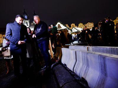 Praha poslechla doporučení policie. Nechala Staroměstské náměstí opevnit betonovými bloky