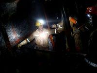 Mladí horníci uvázli v nelegálním dole v Indii. Šance na záchranu po týdnu mizí