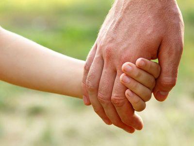 Otce podezírali ze zneužívání dcery, oběsil se. Družka nyní žalobu na stát stáhla