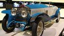 Toto už je Rolls-Royce Phantom I z roku 1926. Vůz v nezvyklé barevné kombinaci zvládal s motorem o výkonu 112 koní rychlost 146 kilometrů v hodině.