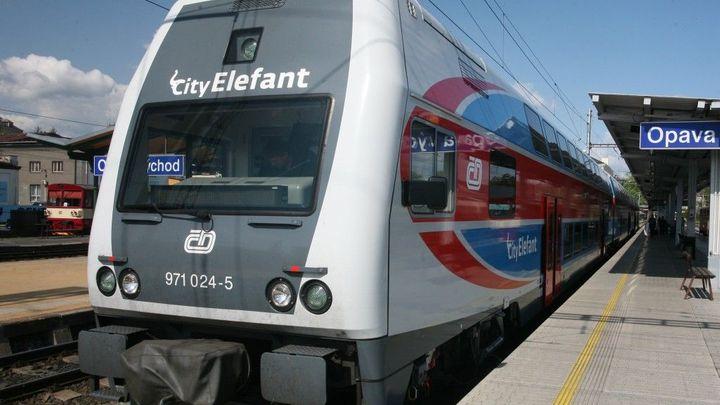 Jízdenku na vlak koupíte přes mobil, láká nová aplikace ČD