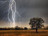 Silné bouřky už dorazily na západ Čech. Postupně se budou sunout na východ