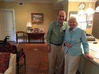 Seniorce zaskočil hamburger, 96letý lékař jí zachránil život svým známým chvatem