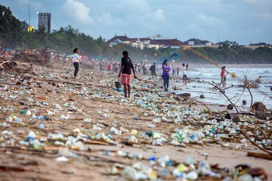 Na ilustračním snímku je znečištěná pláž na indonéském ostrově Bali.