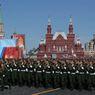 Rud� n�m�st� v Moskv� v p�tek dopoledne zaplnily tis�ce rusk�ch voj�k�.