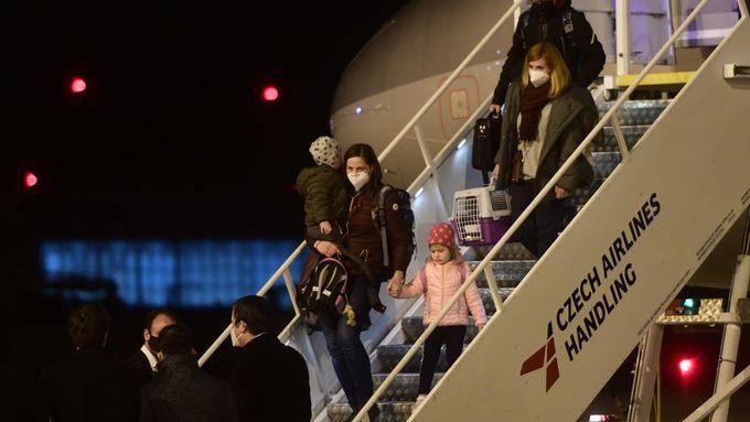 Vyhoštění čeští diplomaté s rodinami po návratu z Moskvy do Prahy.