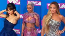 Vysoký rozparek J.Lo a sametové šaty Cardi B. Sledujte módní kreace z cen MTV