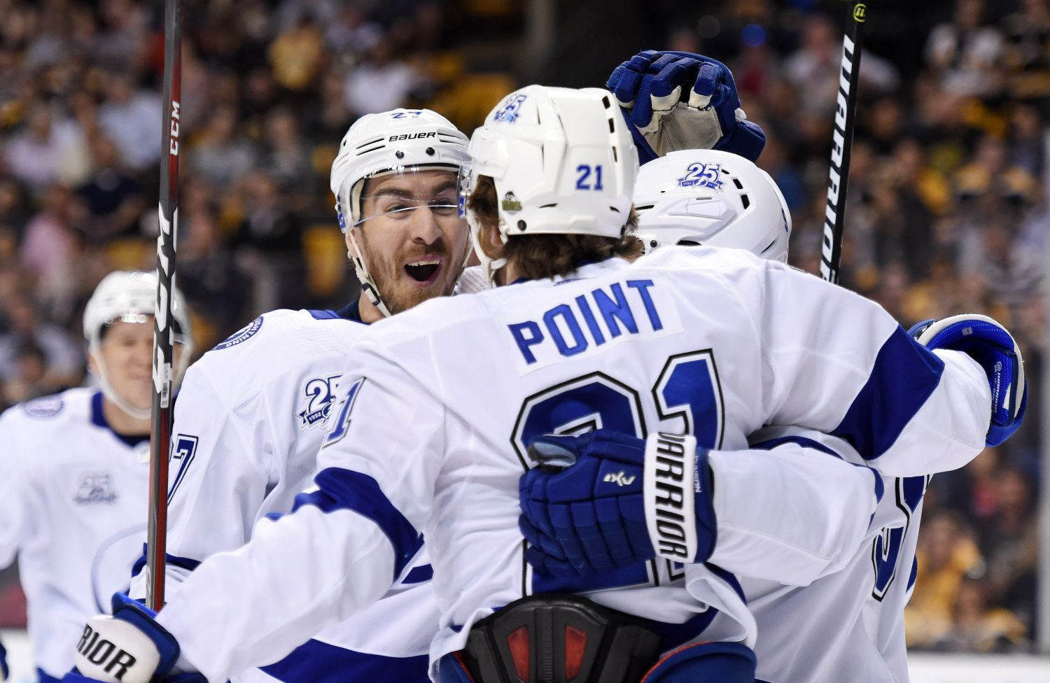 NHL 2017-18: Brayden Point (21) a Ryan McDonagh (27) - Toronto