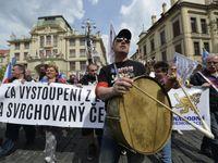 Živě: Konvička spílal vládě, ODS krájela dort. Brnem jeli nazí cyklisté