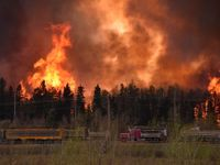 Masová evakuace: Bleskový požár žene z domova 80 tisíc Kanaďanů