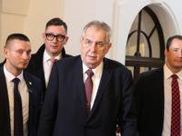 Glosa: Zeman zavítal do sněmovny. Na nohou ještě stojí, ale robot by ho zastoupil