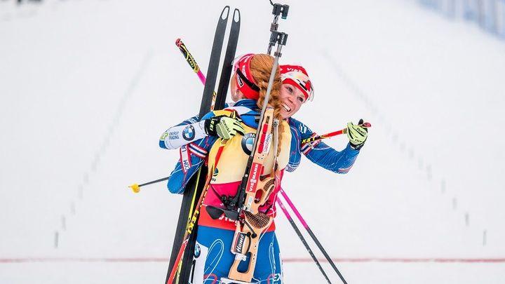 Oslava v Oberhofu: Koukalová pádlovala do cíle, pak vítala bronzovou kamarádku